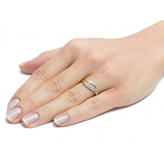 Elegancki złoty pierścionek z drobnymi Cyrkoniami