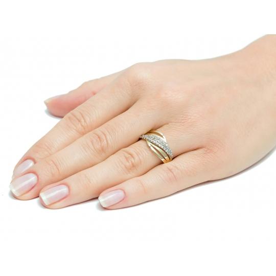 Przeplatany złoty pierścionek z drobnymi Cyrkoniami