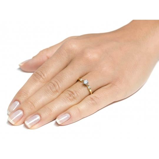 Elegancki złoty pierścionek Kamienie