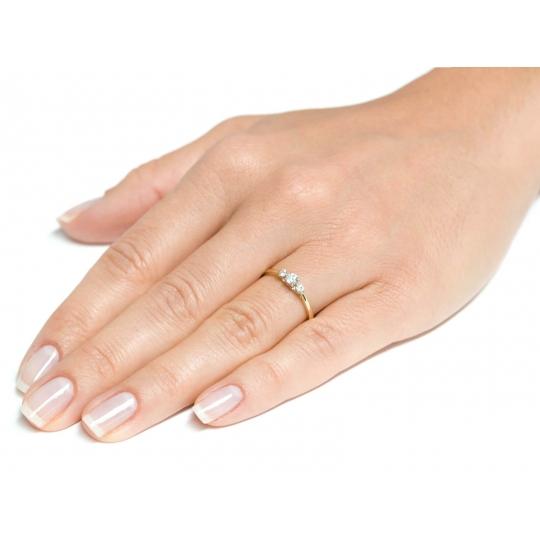 Złoty pierścionek Kamienie Piękny wzór